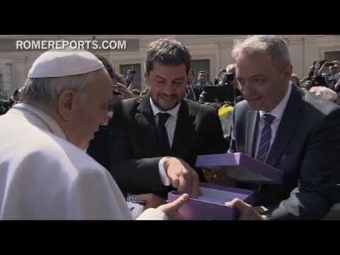"Pope greets the ""cuervos,"" supporters of his favorite soccer team"