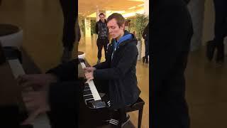Carl Le Pianiste en Hommage à Johnny Hallyday - Que Je T'aime sur le piano du CNIT de La Défense
