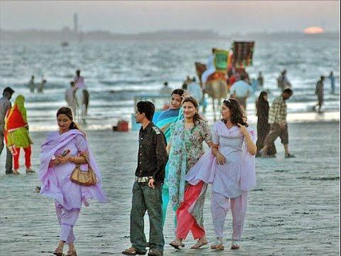Young People enjoying at Karachi Beach - Dunya News
