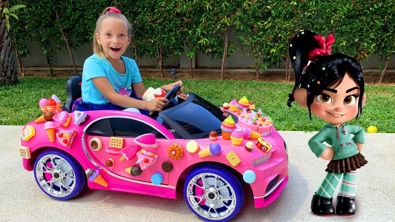 София едет на Игрушечной Спортивной Машине и играет с любимыми Игрушками