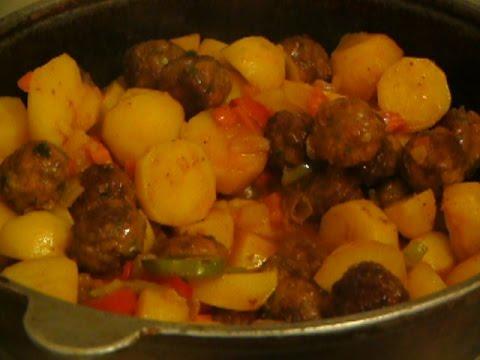 Картофель с фрикадельками в томатном соусе
