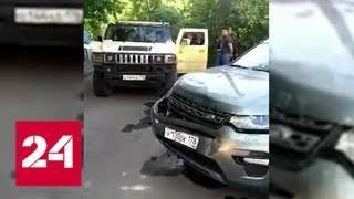 Владелец Hummer протаранил машину с детьми за сделанное ему замечание - Россия 24