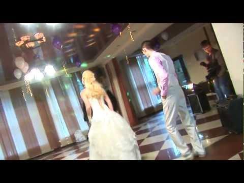 Необычный первый свадебный танец с приколом. Сюрприз.