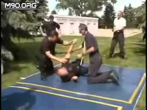 Policías probando pistola electrica