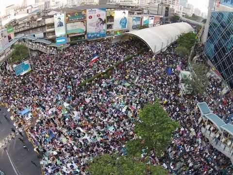 Bangkok Shutdown - Protesters stand for Thai National Anthem at Patumwan / MBK Jan 18th @ 6pm