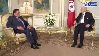 الشرقية الآن |  الرئيس التونسى يقلد عادل أمام بمشهد من مسرحية «شاهد ماشفش حاجة»