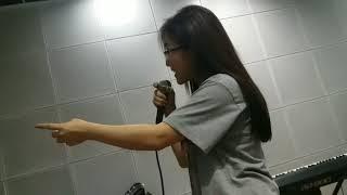 Hương tràm dạy bé Khả vy tập bài hát.