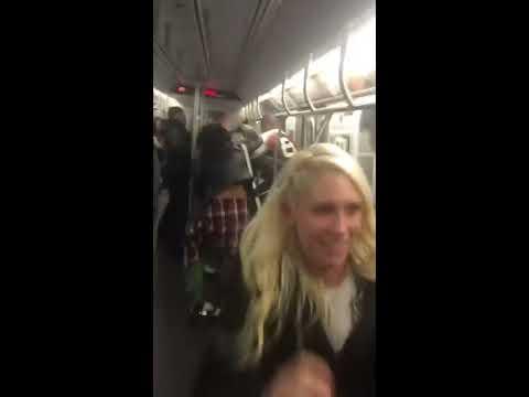 El hombre le dio una bofetada épica una chica en el Tren
