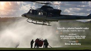 Nácvik hasičů v plnění bambi vaku v podvěsu vrtulníku Bell 412 na letišti v Brně Medlánkách