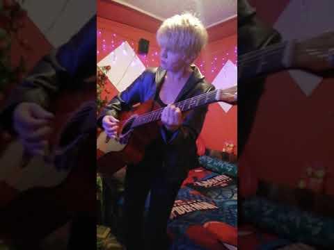 Bea  a  KÉT  SZEMÈT     kicsi gitárral  rà ... Ezz  a  Zene ,  NAGYON  NAGY  igy