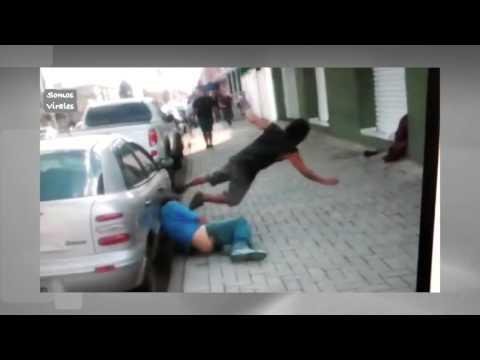 borrachos peleando en la calle