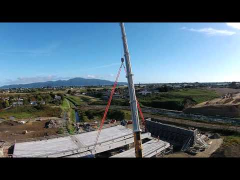 350 tonne mobile crane lifting bridge beams