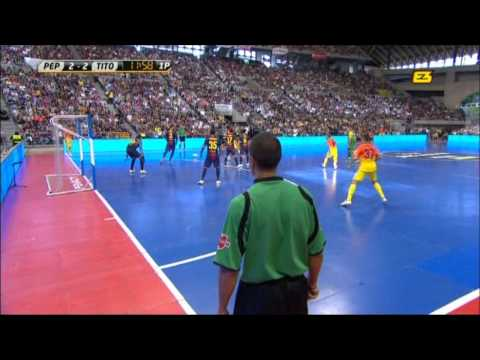 Pep Guardiola vs Tito Vilanova (bar&#231;a football indoor)