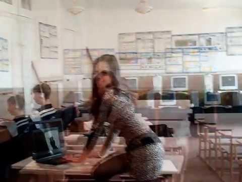 Школьница в шортиках. камера у училки под юбкой. На перемене.