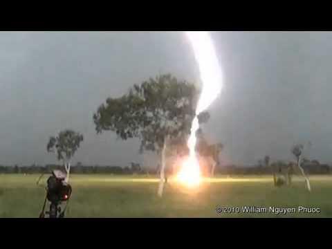 Impactante!!! Rayo cae en la tierra