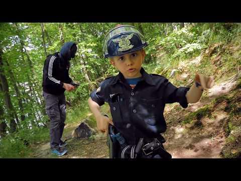 Полицейский Даник ловит нарушителя в лесу и показывает новый набор полицейского