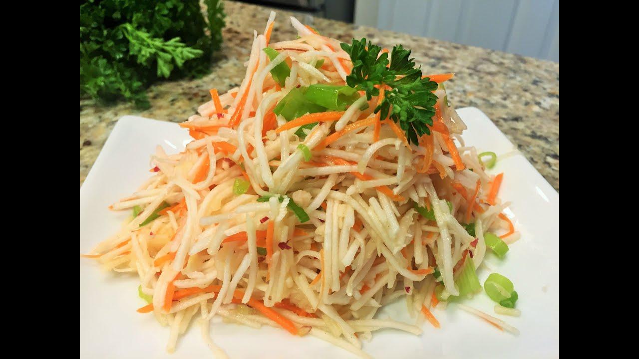 Витаминный салат из капусты моркови и яблок