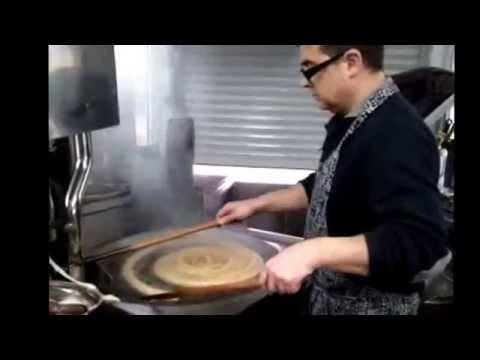Máquina churrera semi automática haciendo porras