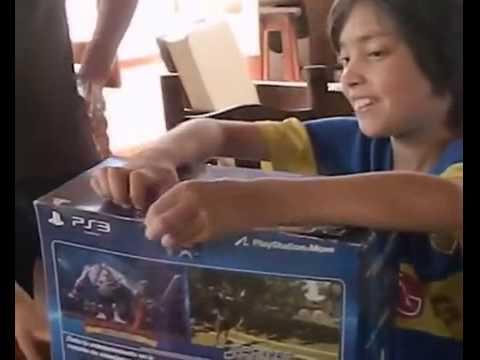 Niño Trolleado por Sus Padres Con Regalo de PS3