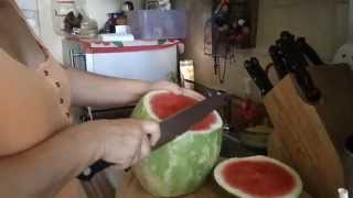 Cómo pelar y cortar una sandía fácilmente / how to Peel and cut a watermelon easily