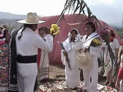 Tradicional amarre de tilma Karla arcos y Erick de jesus