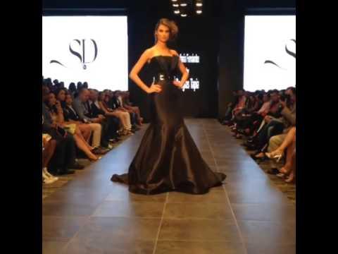 Miss Universe 2009, Stefania Fernandez presentando su coleccion