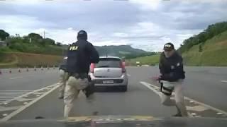 CARRO EM FUGA - Policiais rodoviários federais atiraram nos pneus