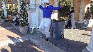 バンド演奏に合わせて全力で踊るキャストさん