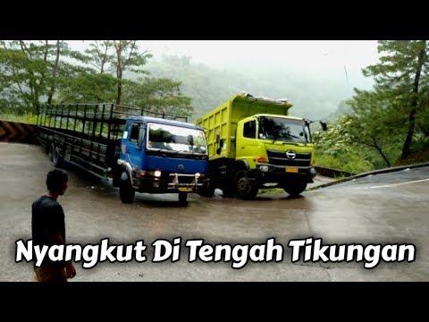Download TRUK PEMBAWA MOTOR NYANGKUT DI TENGAH TIKUNGAN Mp4 baru