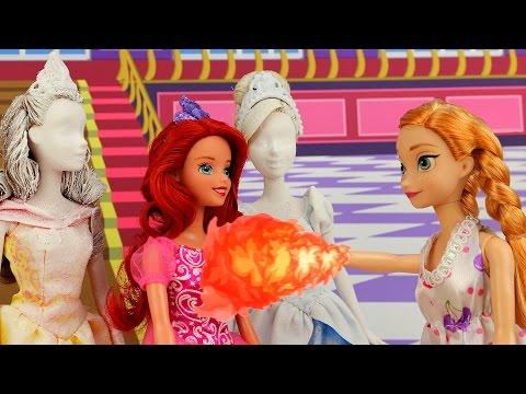 Anna Tiene Poderes de Fuego y Salva a las Princesas Disney después que Elsa Tiene Fiebre Congelada.