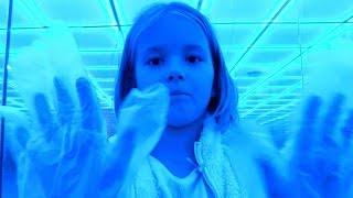 Видео для детей с игрушками. Игры и приключения в стеклянном лабиринте