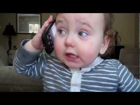 誰と話してるのかな??スマホで一生懸命話す赤ちゃん