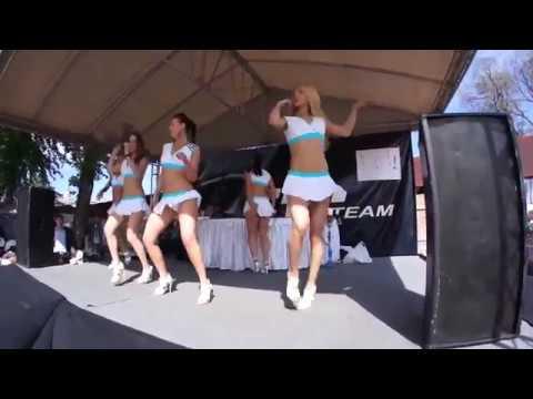 Видео мини юбка танцует могу