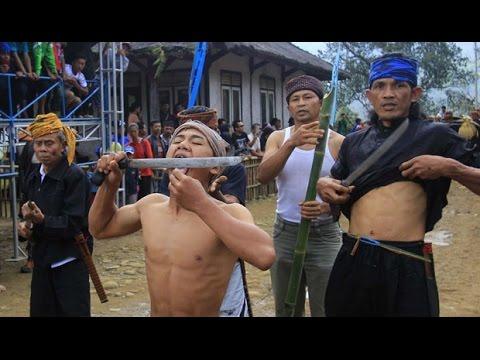 Atraksi Berbahaya Menantang Maut Debus / Kejungan Berjalan Diatas Beling Oleh Pendekar Salim