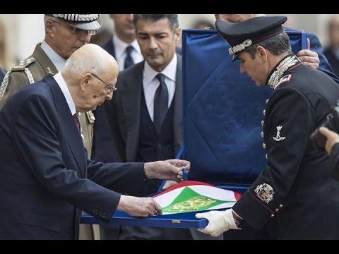 Giorgio Napolitano firma su dimisión