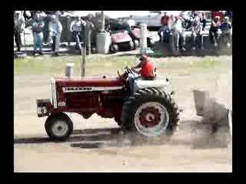 Farmall 1206 tractor pull Video