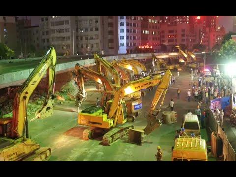 中国が一晩で陸橋を取り壊す作業が壮大過ぎる! ショベルカー116台で一斉破壊