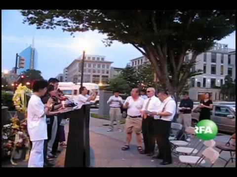 在燭光晚會現場,人們唱起紀念六四的歌曲《曆史的傷口》