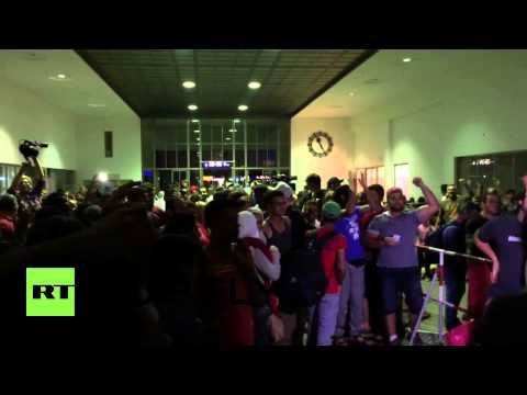 Germany: Hundreds of refugees welcomed by jubilant crowds in Munich
