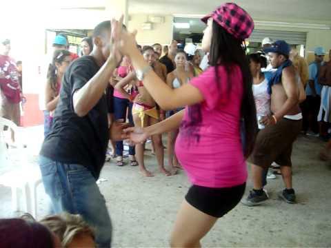 idanira baila en la playa