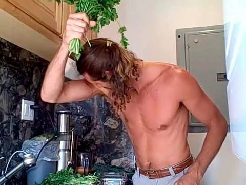 HOW TO SMELL GOOD NATURALLY! A leafy green juice recipe is all it takes...