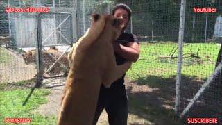 ¡Temerario! Cuidador se deja abrazar por una leona