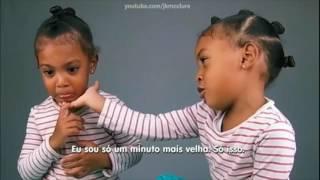 Gêmea chora ao descobrir que é um minuto mais nova que a irmã