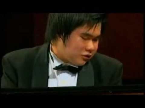Niño ciego y síndrome de Down,  AL PIANO