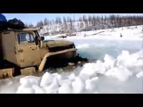 Зимник.Грузовик Урал преодалевает наледь.