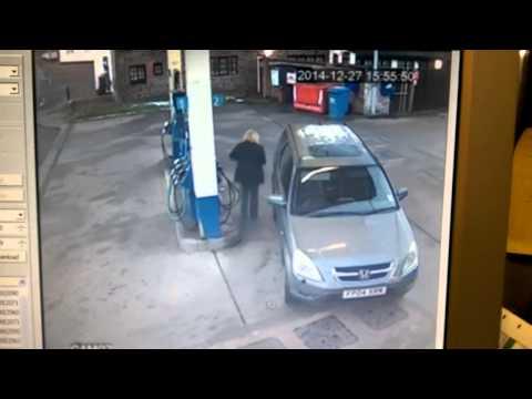 Видео: Девушка заправила автомобиль с пятой попытки.