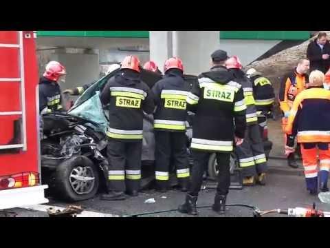 Straz Pozarna Wycina Kierowce Z BMW Po Wypadku Na Wale Miedzeszynskim.