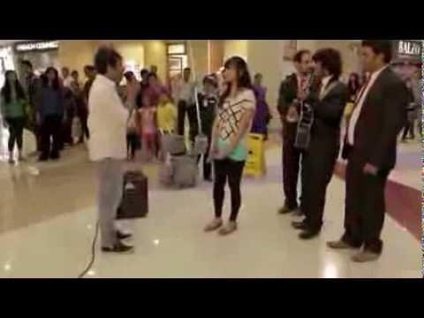 Melamar Kekasih Di Mall, Pria Ini Pukul Gitar Oleh Kekasihnya