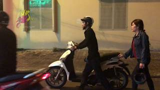 Cặp vợ chồng dắt xe hết xăng lúc nửa đêm, thanh niên xăm trổ làm điều khiến cư dân mạng truy lùng...