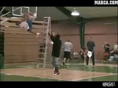 Baloncesto - Se queda enganchado al aro tras hacer un mate